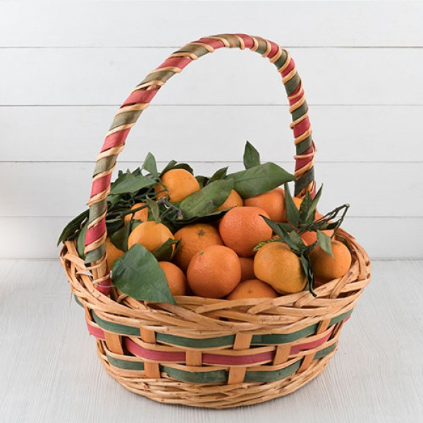 Корзина мандаринов с листьями